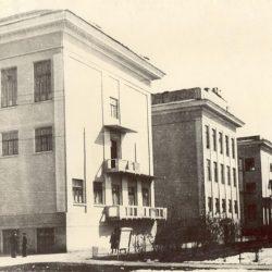 Навчальний корпус Ташкентського інституту інженерів транспорту (ТашІІТ), де в евакуації у 1941 - 1943 рр. розміщувався ХІІТ