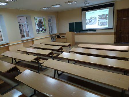 Лекційна аудиторія на 50 посадкових місць оснащена мультимедійним обладнанням